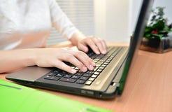 Primo piano della tastiera di computer di battitura a macchina della mano della donna di affari Immagini Stock Libere da Diritti