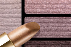 Primo piano della tavolozza di colore degli accessori di trucco Fotografia Stock Libera da Diritti