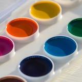 Primo piano della tavolozza variopinta della pittura dell'acquerello Fotografia Stock