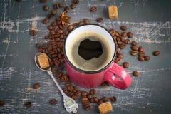 Primo piano della tazza del caffè espresso su un fondo dei chicchi e delle spezie di caffè Fotografie Stock