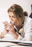 Primo piano della tazza di caffè bevente della donna di affari maturi nel letto. Fotografie Stock Libere da Diritti