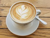 Primo piano della tazza di caffè del cappuccino fotografia stock libera da diritti