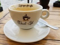 Primo piano della tazza di caffè del cappuccino immagine stock libera da diritti