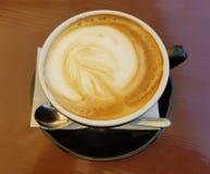 Primo piano della tazza di caffè del cappuccino fotografia stock