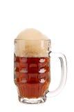 Primo piano della tazza in pieno con birra marrone. Fotografia Stock