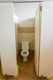 Primo piano della toilette in un interno della costruzione Immagine Stock Libera da Diritti