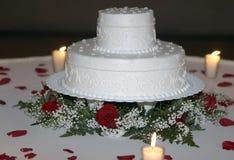 Primo piano della torta di cerimonia nuziale da Candlelight immagine stock libera da diritti