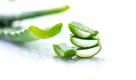 Primo piano della vera dell'aloe Cosmetici organici naturali affettati di rinnovamento di Aloevera, medicina alternativa Concetto Fotografie Stock