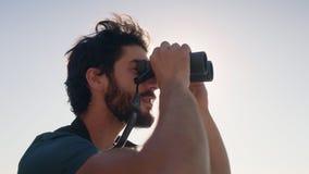 Primo piano della viandante che guarda tramite il binocolo video d archivio