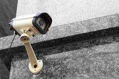 Primo piano della videocamera di sicurezza della via, all'aperto immagine stock