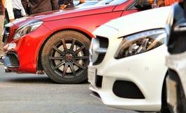 Primo piano delle automobili di Mercedes visualizzate ad un festival dell'istituto universitario in Pune, India Fotografia Stock Libera da Diritti