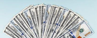 Primo piano delle banconote in dollari su un fondo blu Fotografia Stock