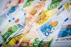 Primo piano delle banconote e delle monete Fotografie Stock Libere da Diritti