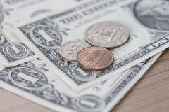 Primo piano delle banconote e delle monete del dollaro Fotografia Stock