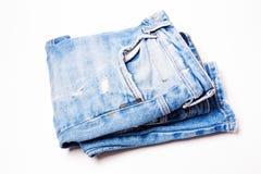 Primo piano delle blue jeans su fondo bianco Fotografia Stock