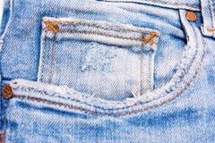 Primo piano delle blue jeans su fondo bianco Immagine Stock Libera da Diritti