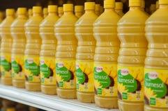 Primo piano delle bottiglie dell'allineamento dell'olio di girasole al supermercato di Cora Fotografia Stock Libera da Diritti