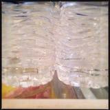 Primo piano delle bottiglie di acqua di plastica Fotografie Stock