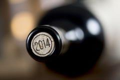 Primo piano delle bottiglie di vino chiuse che si trovano sul fondo confuso Immagini Stock