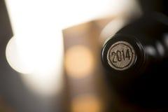 Primo piano delle bottiglie di vino chiuse che si trovano sul fondo confuso Fotografia Stock Libera da Diritti