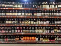 Primo piano delle bottiglie di vino sugli scaffali nel supermercato Immagine Stock Libera da Diritti