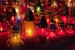 Primo piano delle candele commemorative tutto il giorno dei san Immagini Stock
