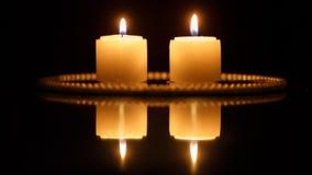 Primo piano delle candele sul nero video d archivio