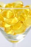 Primo piano delle capsule dell'olio di fegato di merluzzo Fotografia Stock