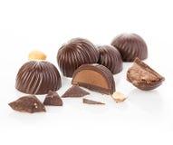 Primo piano delle caramelle di cioccolato su un fondo bianco Fotografia Stock