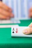 Primo piano delle carte da gioco delle mani che tengono piattaforma Fotografia Stock Libera da Diritti