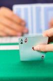 Primo piano delle carte da gioco delle mani che tengono piattaforma Immagine Stock