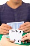 Primo piano delle carte da gioco delle mani che tengono piattaforma Immagine Stock Libera da Diritti