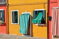 Primo piano delle case variopinte e delle porte con il panno in Burano Immagini Stock Libere da Diritti
