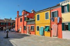 Primo piano delle case variopinte e delle porte con il panno in Burano Fotografia Stock Libera da Diritti