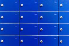 Primo piano delle cassette di sicurezza del metallo Armadi all'aperto del pacchetto per la consegna privata Cassette postali blu Immagine Stock