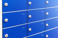 Primo piano delle cassette di sicurezza del metallo Armadi all'aperto del pacchetto per la consegna privata Cassette postali blu Immagini Stock