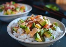 Primo piano delle ciotole dei sushi del rotolo di California su fondo scuro immagini stock libere da diritti