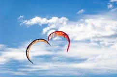 Primo piano delle coppie di forma del cuore di kitesurf Immagine Stock Libera da Diritti