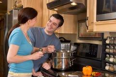 Primo piano delle coppie nella cucina - orizzontale Fotografie Stock Libere da Diritti