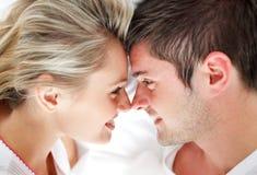 Primo piano delle coppie sorridenti che se lo esaminano Immagini Stock