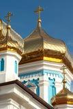 Primo piano delle cupole dorate di una cattedrale ortodossa Fotografie Stock