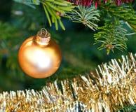 Primo piano delle decorazioni dell'albero di Natale Immagini Stock Libere da Diritti