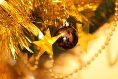 Primo piano delle decorazioni dell'albero di Natale Immagine Stock