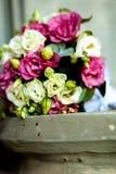 Primo piano delle fedi nuziali sul mazzo di nozze del fondo delle rose delle bacche e dei verdi con lavanda immagini stock libere da diritti