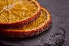 Primo piano delle fette arancio secche deliziose immagine stock