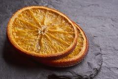 Primo piano delle fette arancio secche deliziose fotografia stock libera da diritti