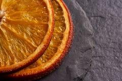 Primo piano delle fette arancio secche deliziose fotografia stock