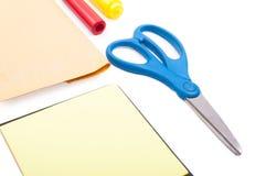 Primo piano delle forbici sullo scrittorio in bianco con gli strumenti dell'ufficio Fotografia Stock