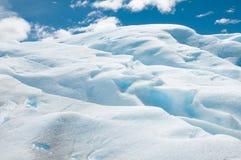 Primo piano delle formazioni di ghiaccio blu sul ghiacciaio Fotografie Stock