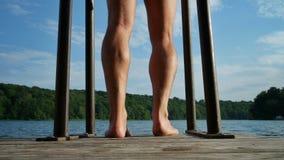 Primo piano delle gambe degli uomini su un molo fotografia stock libera da diritti